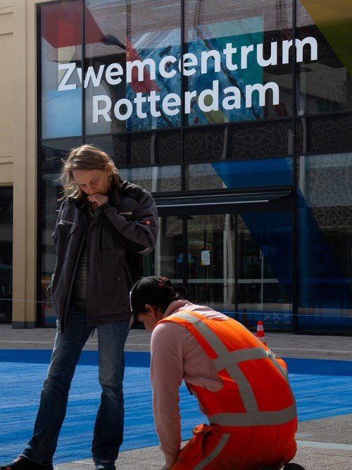 Uitvoering schildering op plein door Iwaarden voor Kunstproject 'The splash' in Rotterdam, door Arttenders en Cindy Bakker
