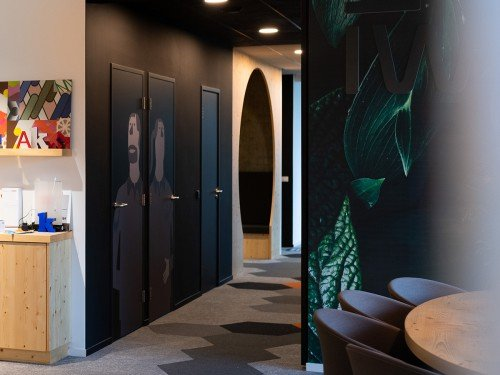 interieur renovatie met interieurfolie, restyle deuren met interieurfolie in matzwart en afbeelding toilet icoon