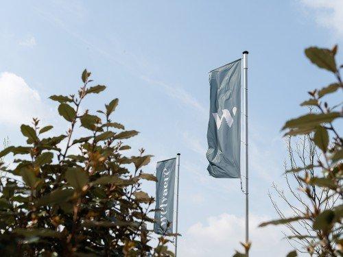 Gevelreclame, vlaggen en bewegwijzering voor Welvaere Nijkerk