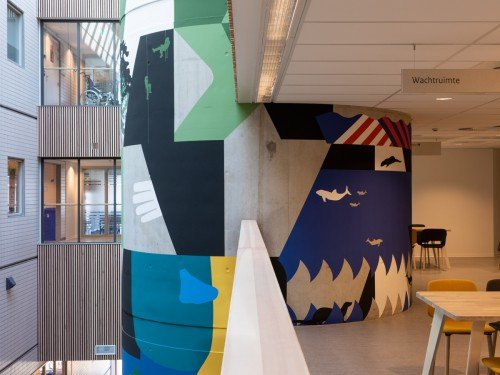 Muurschildering, mural, in centrale hal van CMH Utrecht als site specific artwork van beeldend kunstenaar Anuli Croon
