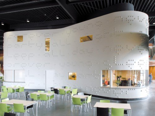 Typografisch kunstwerk Martijn Sandberg uitgevoerd in beton op gevel school, artwork