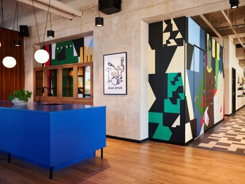 Kunstwerk Anuli Croon uitgevoerd door Iwaarden als mural in groot formaat print op naadloos behang op wanden Our Domain, seamless wallpaper