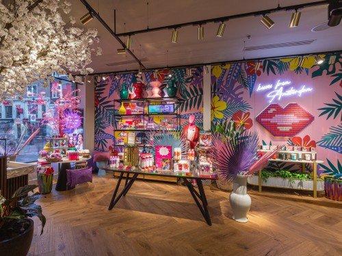 Wand in flagshipstore Rituals Amsterdam is kleurrijke selfiewall, uitgevoerd als muurschildering door Iwaarden