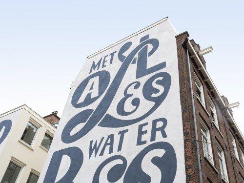 Kunstwerk Piet Parra voor school in Amsterdam, uitgevoerd door Iwaarden als muurschildering op een gevel aan het schoolplein, artwork, mural