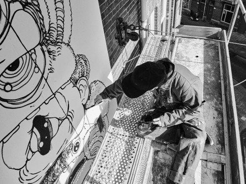 Schone kunst van Nouch, mural, muurschildering die vervuilde stadslucht opeet. Geschilderd in luchtzuiverende Airlite verf en Air-ink inkt