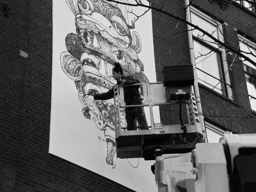 Schone kunst van Nouch, muurschildering die vervuilde stadslucht opeet. Geschilderd in luchtzuiverende Airlite verf en Air-ink inkt