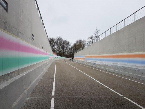 kunstwerk in tunnel. mural, Artwork van Roland Schimmel muurschildering Hoi Velsen kunst die je ziet als je met de bus rijdt. gemaakt door Iwaarden