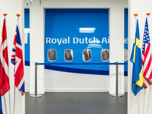 Fotowanden uitFotowanden uitgevoerd in groot formaat print, xl printing op wand en belettering van vliegtuig in huisstijl KLM voor MBO Landstede Zwollegevoerd in groot formaat print op wand en belette