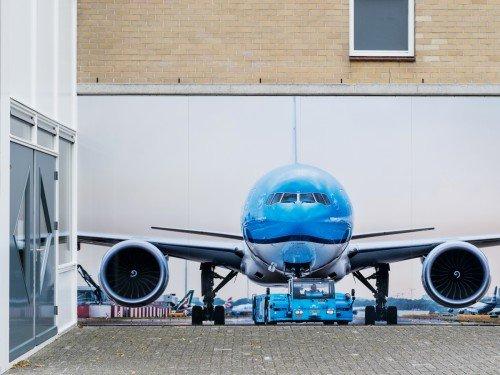 Fotowanden uitgevoerd in groot formaat print op wand en belettering van vliegtuig in huisstijl KLM voor MBO Landstede Zwolle