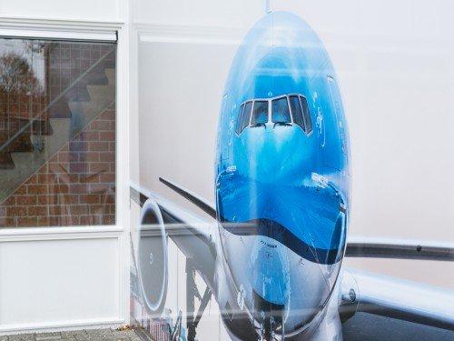 Fotowanden uitgevoerd in groot formaat print, xl printing op wand en belettering van vliegtuig in huisstijl KLM voor MBO Landstede Zwolle