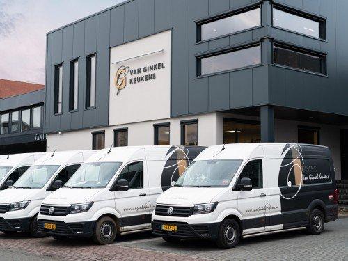 Autobelettering, vehicle graphics en Gevelreclame exterior signage, in de vorm van aangelicht logo voor Van Ginkel Keukens, Barneveld