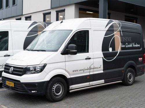 Autobelettering - Bedrijfswagens met belettering in huisstijl zijn rijdend visitekaartje voor Van Ginkel Keukens, Barneveld