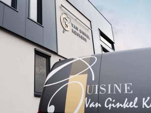 Autobelettering vehicle graphics en Gevelreclame exterior signage, in de vorm van aangelicht logo voor Van Ginkel Keukens, Barneveld