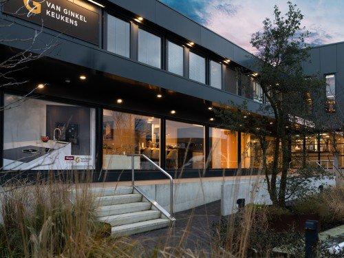 Gevelreclame, exterior signage, in de vorm van verlichte doosletters, raamstyling en logobord voor Van Ginkel Keukens, Barneveld