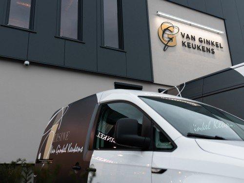 Autobelettering en Gevelreclame in de vorm van aangelicht logo voor Van Ginkel Keukens, Barneveld