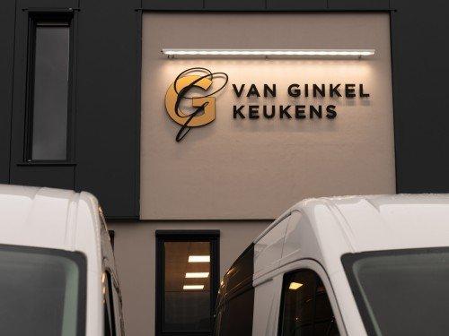Autobelettering vehicle graphics en Gevelreclame in de vorm van aangelicht logo voor Van Ginkel Keukens, Barneveld