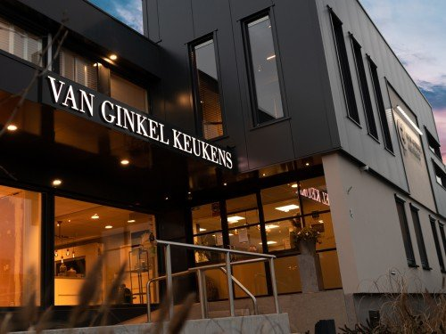 Gevelreclame exterior signage,  in de vorm van verlichte doosletters en aangelicht logo voor Van Ginkel Keukens, Barneveld