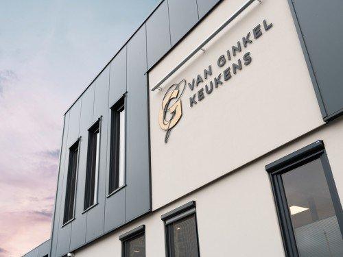 Gevelreclame, exterior signage in de vorm van aangelicht logo voor Van Ginkel Keukens, Barneveld