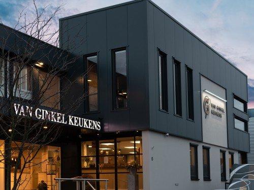 project van Ginkel keukens in Barneveld. illuminated signage, Gevelstyling en lichtreclame, jouw pand op laten vallen door belettering van pand. gemaakt door Iwaarden