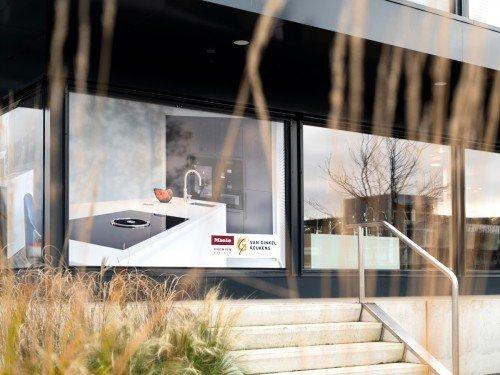 Gevelreclame, exterior signage in de vorm van raamstyling met groot formaat print op raam voor Van Ginkel Keukens, Barneveld