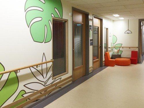 Ontwerp Aam Solleveld uitgevoerd door Iwaarden op wanden Westfriesgasthuis in print op pvc vrij naadloos behang, seamless wallpaper