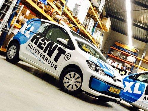 Autobeletterig bedrijfswagen - vehicle graphics - contourgesneden tekst en logo en gedeeltelijke carwrap met metallic carwrapfolie