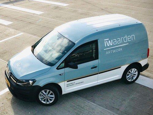 Autobeletterig bedrijfswagen - vehicle graphics - contourgesneden tekst en logo en gedeeltelijke carwrap met print op carwrap folie