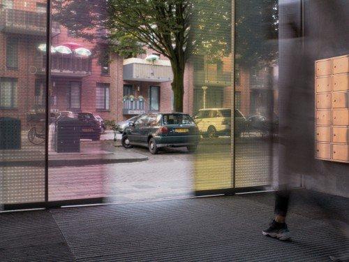 Design van Mae Engelgeer toegepast in groot formaat print op gevel en ramen van gebouw