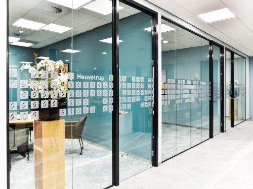 Gevelreclame in verlichte doosletters, exterior signage, illuminated channel letter, glasdecoratie in zandstraalfolie en logo gefreesd uit aluminium voor kantoor in Ede
