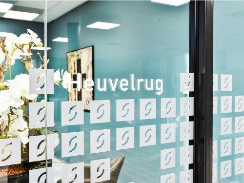 Gevelreclame in verlichte doosletters, glasdecoratie in zandstraalfolie en logo gefreesd uit aluminium voor kantoor in Ede