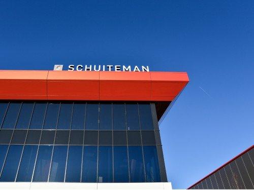 signing, glasbekleding, illuminated signage, windowgrapihics bij officeinterior schuitenman, gemaakt door Iwaarden, lichtreclame