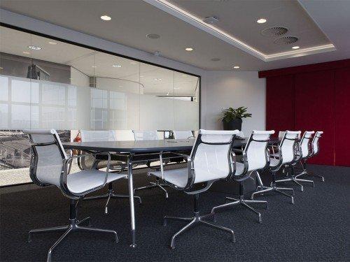 Sfeer in interieur kantoor met wandbekleding uitgevoerd als groot formaat print en glasdecoratie gesneden uit zandstraalfolie