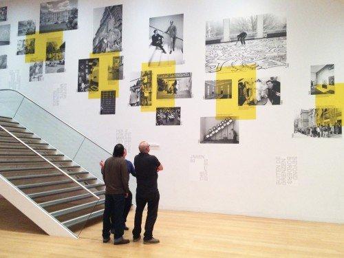 Artwork tentoonstelling in het stedelijk museum in Amsterdam, groot formaat print op wand gemaakt door Iwaarden