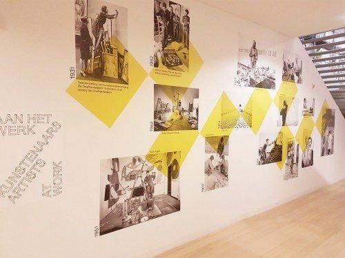 Wandbekleding - collage van behang op wand - Stedelijk Base - Stedelijk Museum Amsterdam