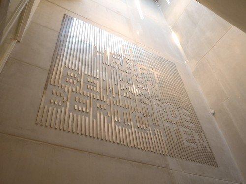 Typografisch kunstwerk in rvs van Martijn Sandberg in Synagoge Amsterdam, artwork