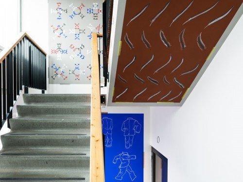 Muurschilderingen kunstenaar Job Wouters - Letman op wanden en trap van trappenhuis Nationale Ombudsman Den Haag