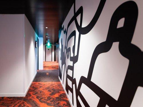Kunst in CitizenM - Art, Fotokunst Freudental Verhage op glas, kunstwerk Pinar & Viola op plafond en kunstprint Pablo Lucker op wanden.