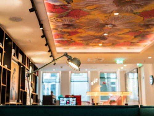 Interior, plafondecoratie, print op plafon door pinarVoila. in Hotel CitizenM in Amsterdam Amstel hotel, door Iwaarden