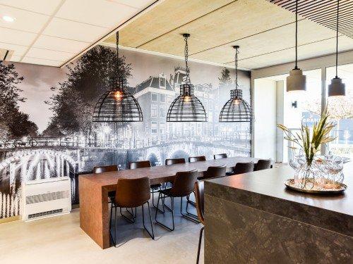 Bewegwijzering, gevelstyling, reclamezuil en interieurdecoraties als print op wand en muurschildering bij kantoor Barneveld
