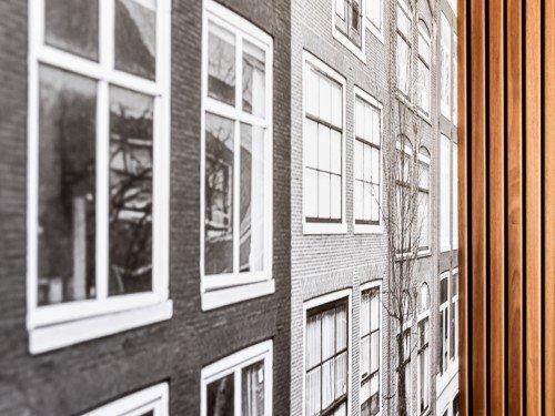Bewegwijzering, wayfinding, gevelstyling, exterior signing, reclamezuil, totem sign en interieurdecoraties als print op wand en muurschildering, mural bij kantoor Barneveld