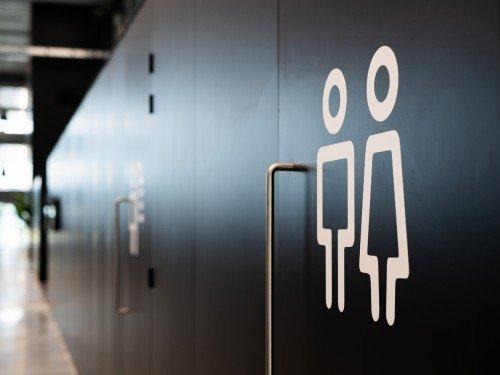 signing bij LAN Handling office, wayfinding bewegwijzering, wayfinding gemaakt door Iwaarden toilet gender
