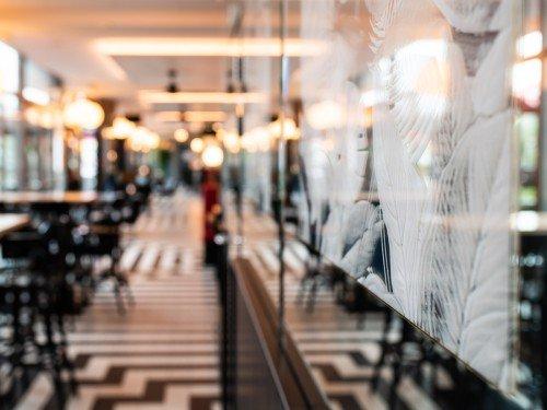 Signing en interieurdecoraties in folie op glas en print op spiegels bij restaurant Danel, Tivoli Vredenburg, Utrecht