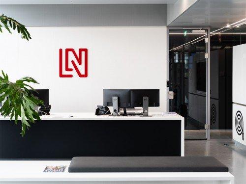 signing - logo op wand in kantoor van LAN Handling, naamsbekendheid creëren door Iwaarden