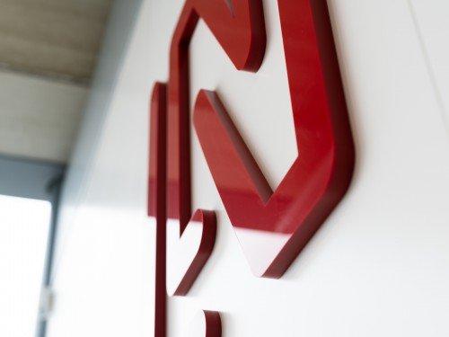 Gevelreclame, exterior signage, reclamezuilen, totem signs, bewegwijzering, wayfinding, glasdecoraties, window graphics, freeslogo's, textielframes en visuals voor LAN Handling Technologies