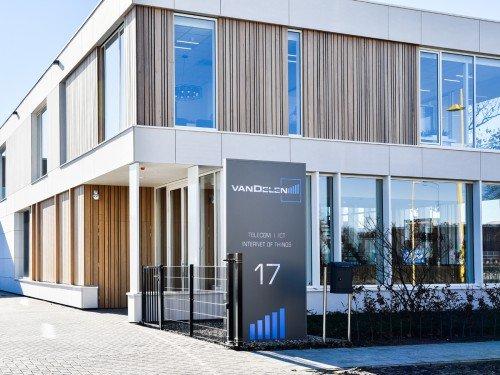 signing, totem sign, reclamezuilen voor kantoor Van Delen in Barneveld, jouw bedrijf op laten vallen vanaf de weg, gemaakt door Iwaarden