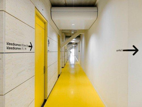 signing, wayfinding en bewegwijzering door eispa koppelt koenis architecten in Almelo, message in sporthal door pijlen, gemaakt door Iwaarden