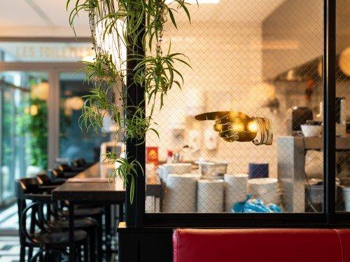 signing, bewegwijzering, wayfinding, raamstickers in restaurant Danel op Tivoli Vredenburg in Utrecht, gemaakt door Iwaarden