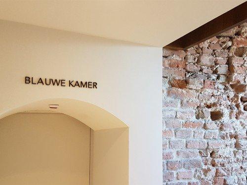 signing/bewegwijzering in het stadhuis in Harderwijk, wayfinding, letters vergulden, door Iwaarden