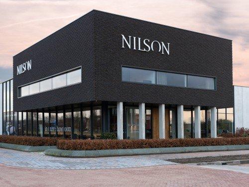 signing van de gevel, Exterior signage, gevelstyling bij Nilson Beds showroom in Barneveld. letters op het pand, reclame maken voor Nilson, gemaakt door Iwaarden