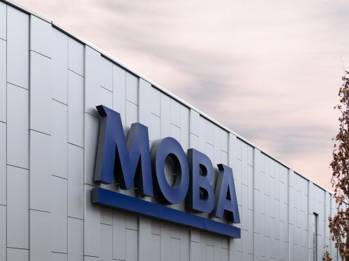 signing voor de MOBA, illuminated signage, lichtreclame in doorzetters zorgt voor gevelstyling, gemaakt door Iwaarden